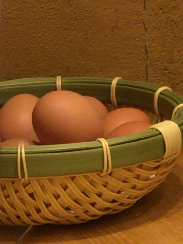 籠盛りの卵