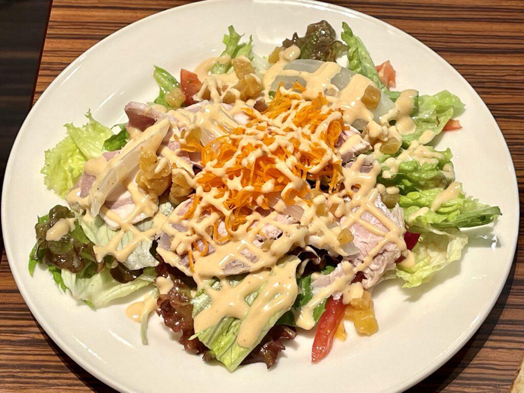 メゾンカイザー カフェ 丸の内 パン 盛り合わせ ランチ 食べ放題 サラダ