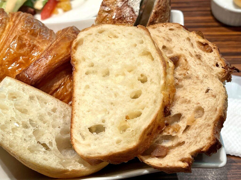 メゾンカイザー カフェ 丸の内 パン 盛り合わせ ランチ 食べ放題